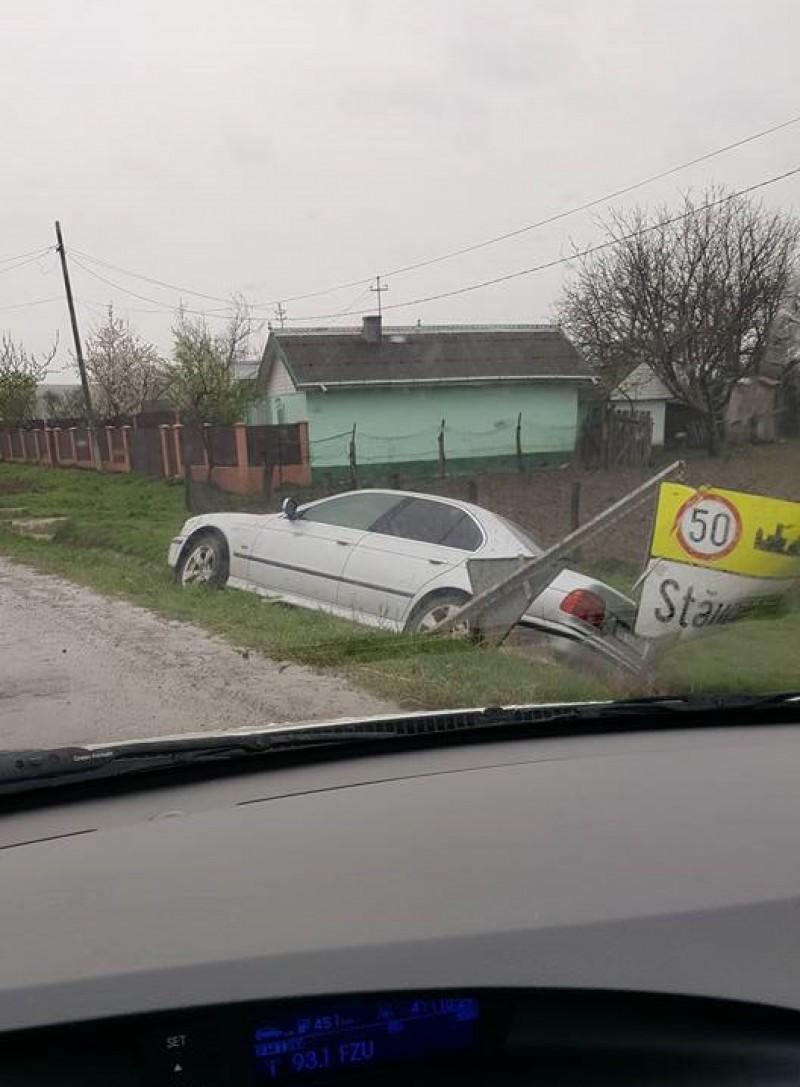 BMW ajuns în șanț la Stăuceni! FOTO