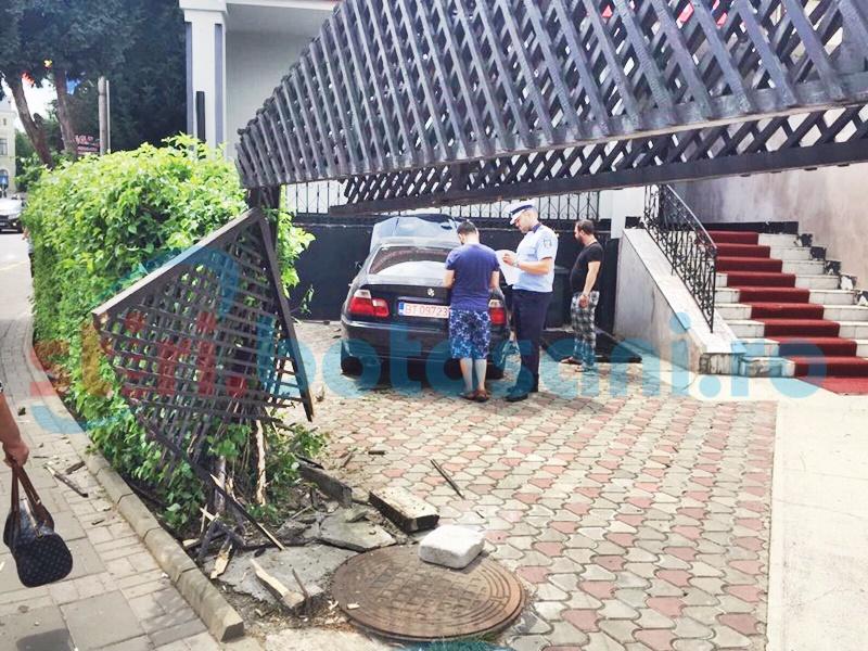 BMW ajuns în sediul unei firme, după ce a spulberat un gard! FOTO