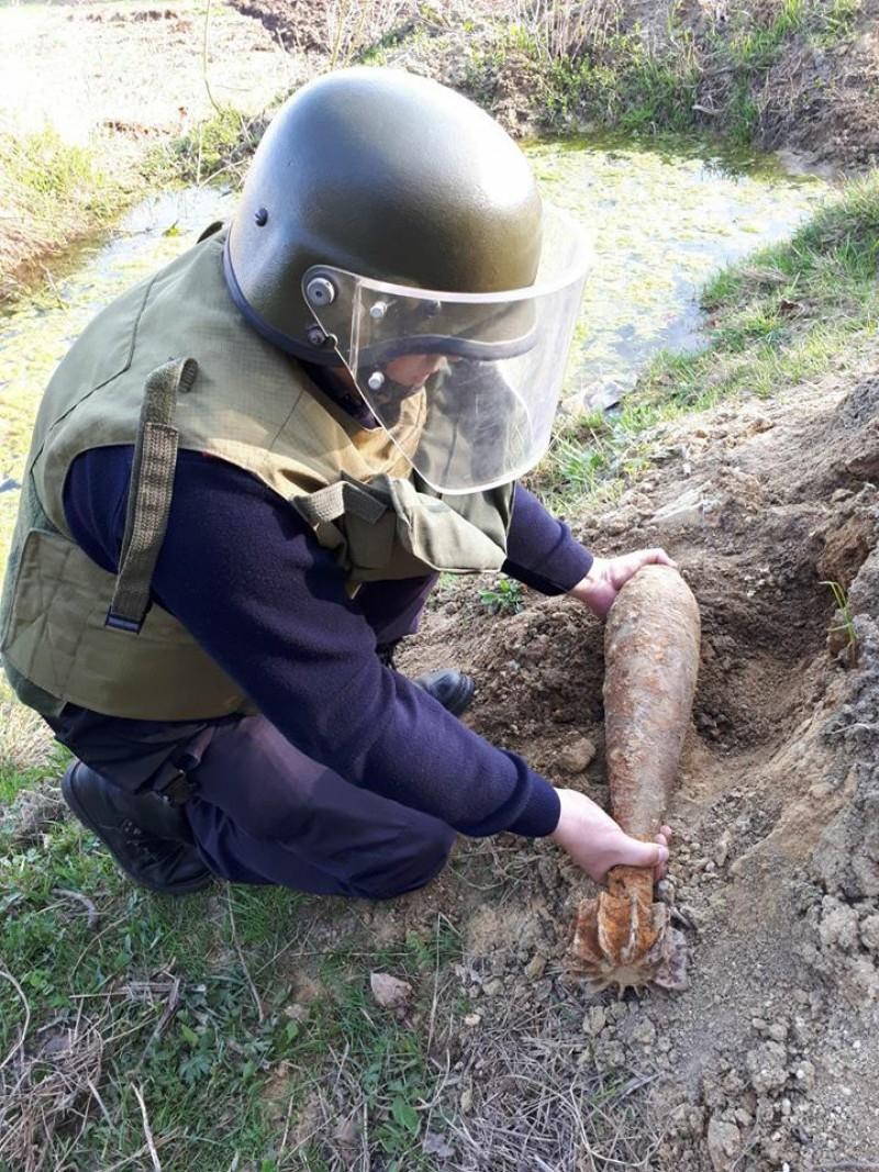 Bombă de aruncător găsită în grădina unui localnic din județul Botoșani! FOTO