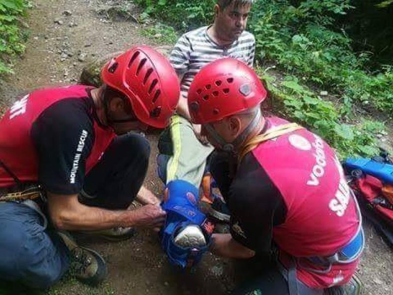 Botoșănean cu piciorul rănit, coborât de pe munte de salvamontiști!