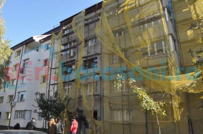 Botoșăneancă amenințată cu bătaia de muncitorii care lucrau la izolația blocului!