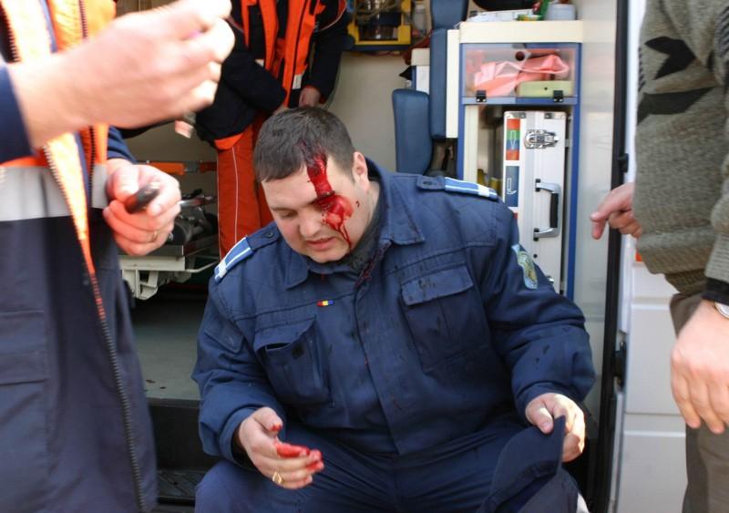 Botoșăneancă reținută pentru un pumn în față aplicat unui polițist