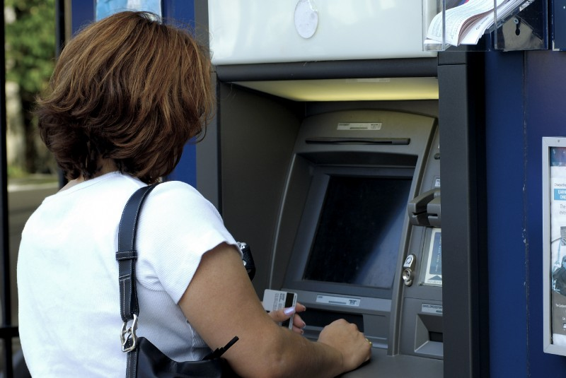 Botoşăneancă trimisă în judecată după ce a scos de la bancomat salariul unei colege de serviciu