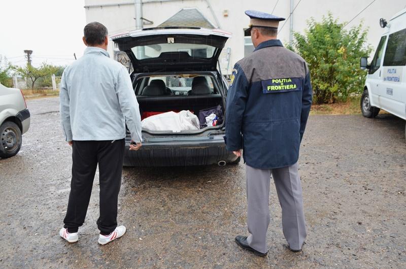 """Botoșăneni """"norocoși""""! Se plimbau cu mașina pe un drum din județ și au găsit pe carosabil țigări de contrabandă! FOTO, VIDEO"""