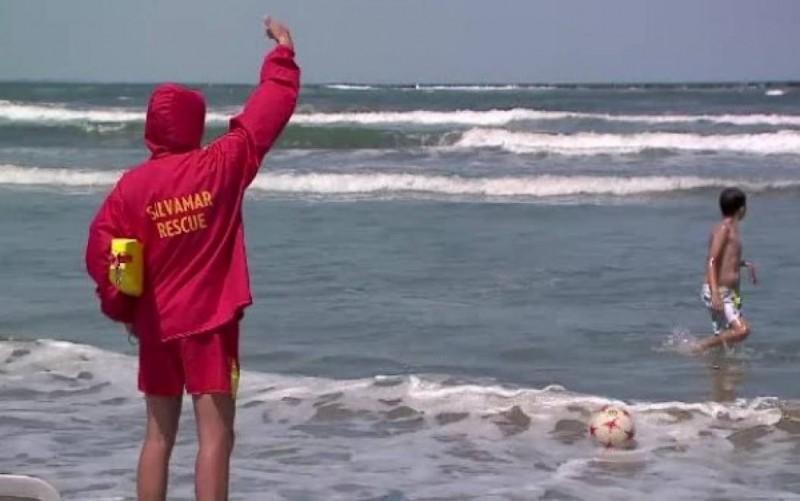 Botoșăneni scoși cu jandarmii din apa mării!