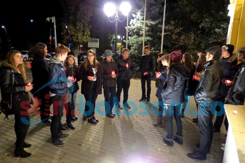 Botoșănenii au aprins lumânări in memoria victimelor din COLECTIV, la un an de la tragedie! FOTO. VIDEO
