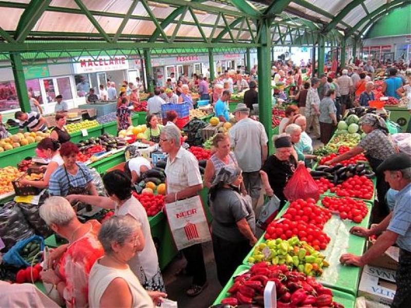 """Botoșănenii își vând produsele pe piața ieșeană: """"De la mine de acasă şi până la Iaşi este aceeaşi distanţă ca până la Botoşani"""""""