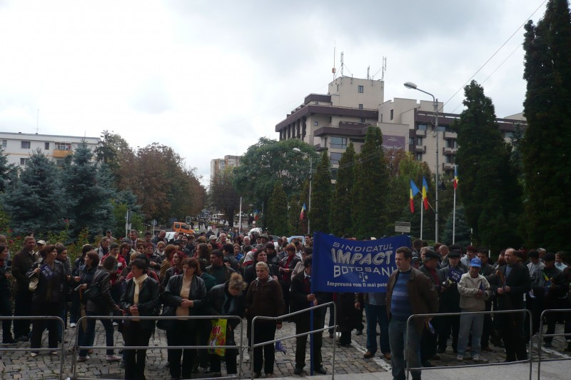 Botosanenii sunt suparati... dar pasnici. Liderii de sindicat si-au abandonat protestatarii! - FOTO