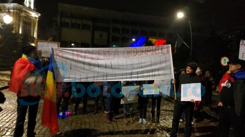 """Botoşani, a cincea seară de proteste! Oamenii aşteaptă o decizie concretă a Guvernului în privinţa """"ordonanţei penalilor"""" FOTO, VIDEO"""