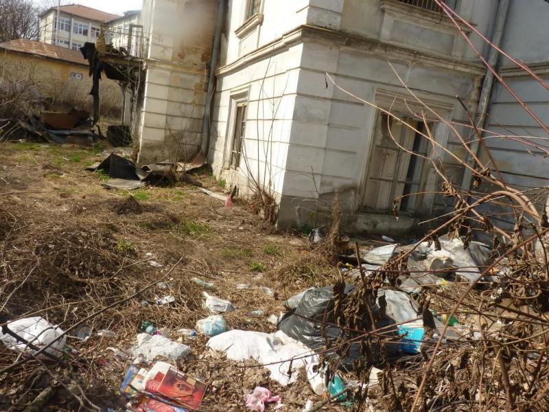 Botoșani: Clădire monument istoric salvată de pompieri, lăsată pradă gunoaielor! FOTO