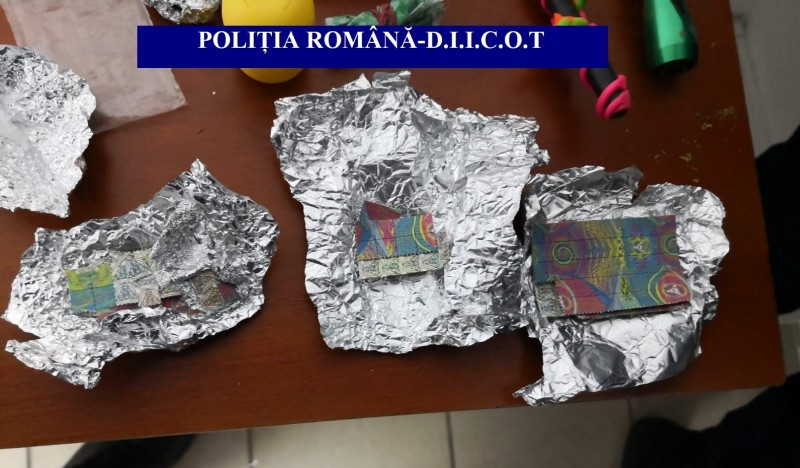 Botoșani: Cocaină și canabis, indisponibilizate în urma unui flagrant delict și a două percheziții!