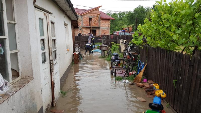 Botoşani: COD PORTOCALIU cu inundări locale în mai multe zone ale municipiului şi judeţului FOTO UPDATE