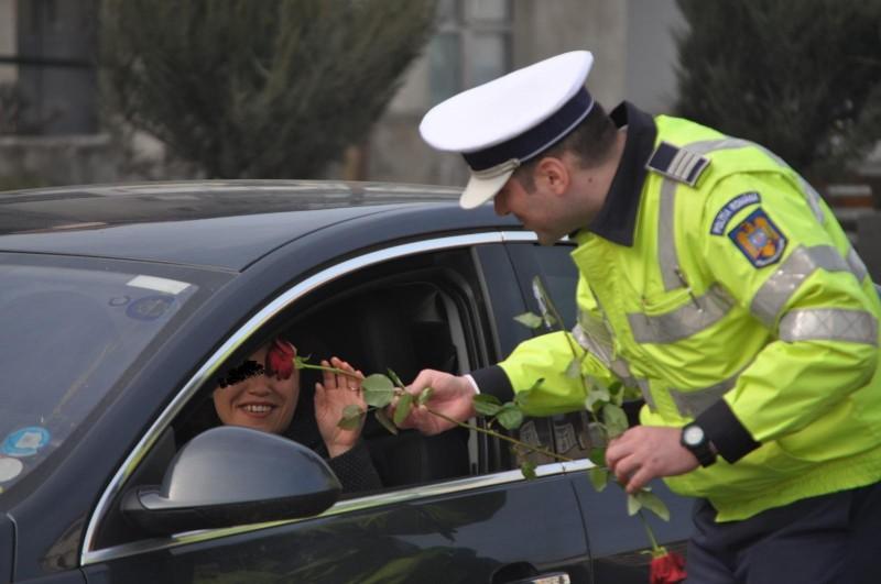 Botoșani: Conducătoarele auto au fost amendate cu flori - FOTO