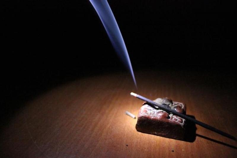 BOTOȘANI: Incendiu provocat de beţişoare parfumate lăsate aprinse!