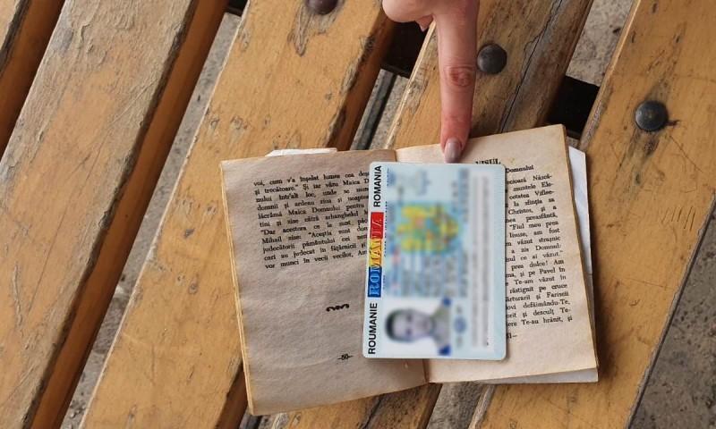 Buletin fals cumpărat cu 300 de euro, descoperit la frontieră, într-o carte de rugăciuni