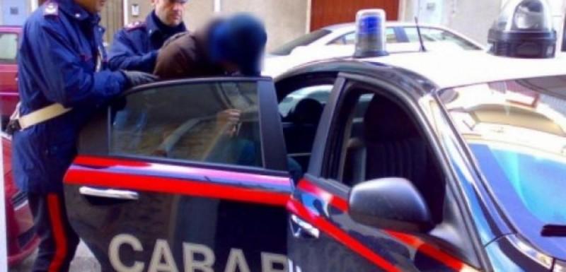CA IN FILME! Doi români din Italia au furat o maşină de Poliţie cu tot cu poliţistul dinăuntru