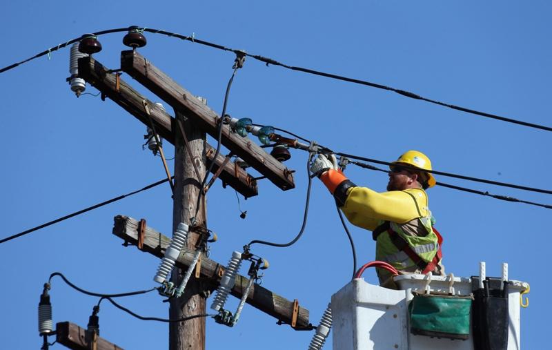 Ca la români: Pentru că sunt prea multe cereri, racordarea la rețelele electrice și la sistemul de gaze nu va mai fi gratuită pentru toată lumea