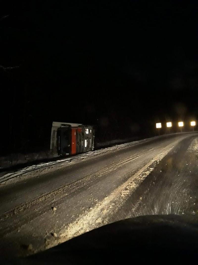 Camion răsturnat pe drumul Botoşani-Târgu Frumos