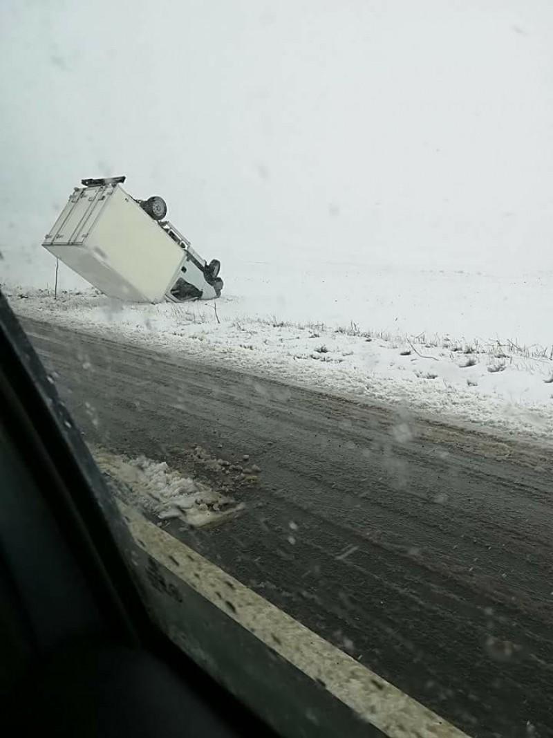 Camionetă răsturnată pe drumul Botoșani-Săveni! FOTO