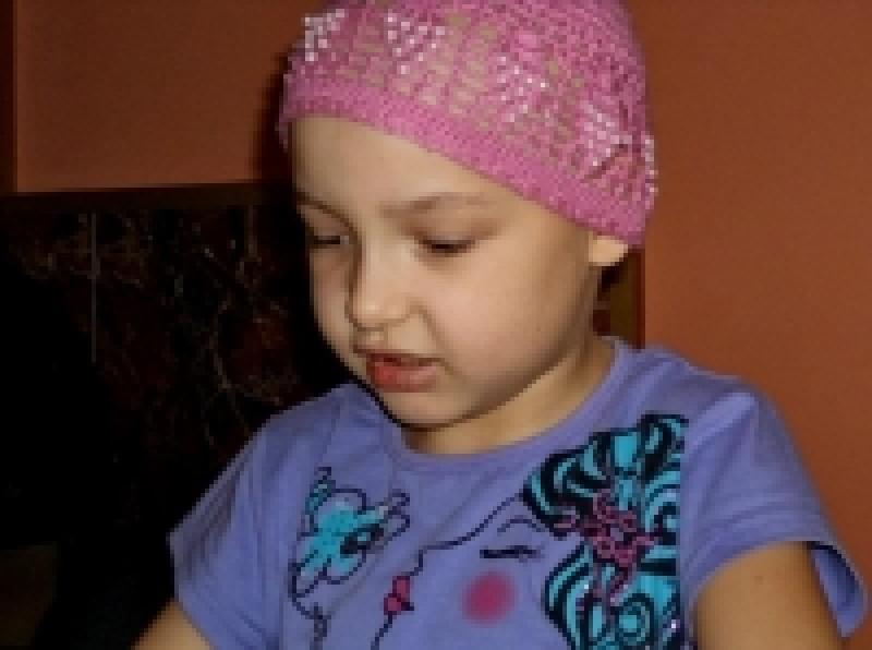 """Cantec pentru Alexandra. In acest timp, la chimioterapie, copila primeste diploma """"pentru cea mai curajoasa fetita""""... - VIDEO"""