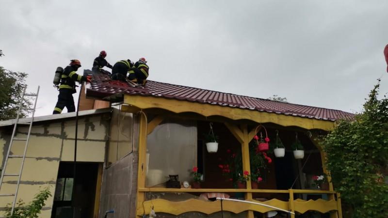 Casă din municipiul Botoșani cuprinsă de flăcări