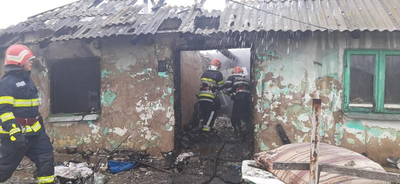 Casă distrusă de flăcări la Cucorăni. O familie a rămas fără acoperiș în prag de sărbători