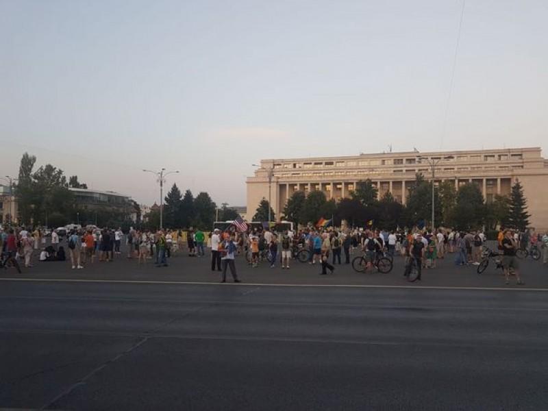 Câteva sute de persoane protestează în Piaţa Victoriei din Bucureşti, faţă de noile legi ale Justiţiei! Dragnea, despre reacţia la propuneri: De ce e atâta patimă?