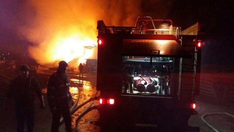 Cauza probabilă a incendiului din localitatea Victoria, acţiune intenţionată. Pompierii s-au luptat cu flăcările 13 ore