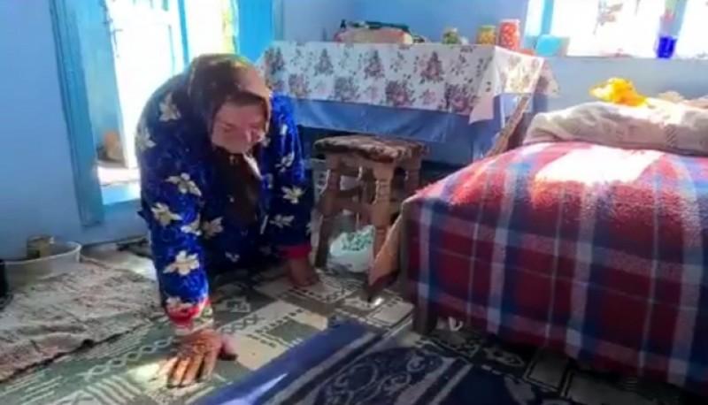 Caz cutremurător într-o localitate din Botoșani. Povestea bunicii Oliana din comuna Coțușca care la 86 ani, se deplasează doar pe genunchi şi pe palme