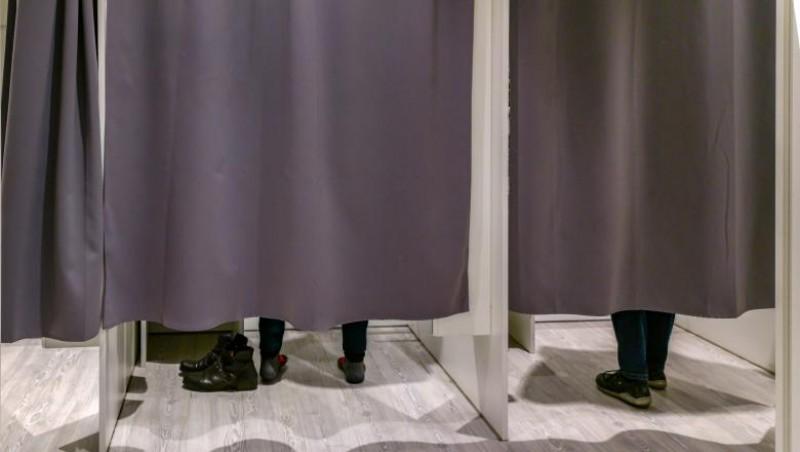 Caz uluitor în Poliție: Un subcomisar al Crimei Organizate s-ar fi masturbat într-o cabină de probat haine, în timpul misiunii. Este cercetat de Parchet