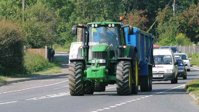 CCR: Conducerea fără permis a unui tractor agricol sau forestier pe drumurile publice este PERICOL SOCIAL!