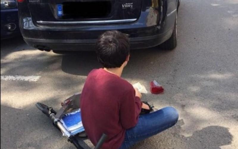 Ce a făcut un copil după ce a zgâriat o maşină cu trotineta. Proprietarul i-a mulţumit cu lacrimi în ochi
