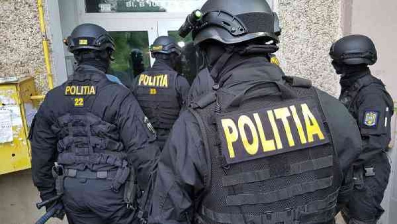 Ce au găsit polițiștii la casele escrocilor care furau de la zeci de bătrâni, din toate județele Moldovei!