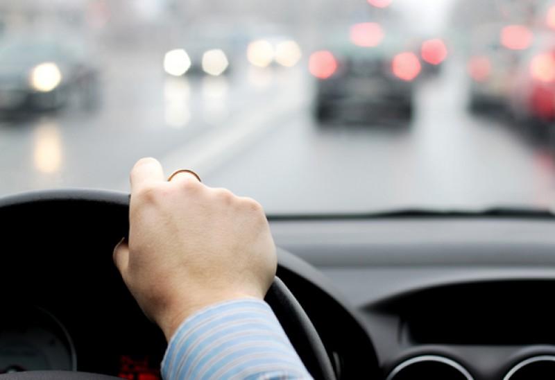 Ce înseamnă SEMNALELE luminoase pe care şi le fac şoferii în trafic şi cum te anunţă luminile de avarii că faci ceva GREŞIT!
