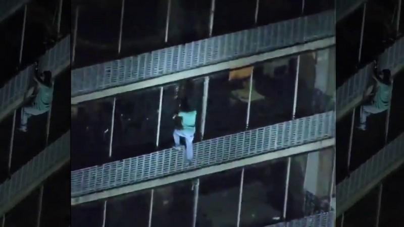 Ce nu face omul pentru viața lui? Un american a coborât dintr-un zgârie-nori pe fațadă, ca să se salveze dintr-un incendiu!