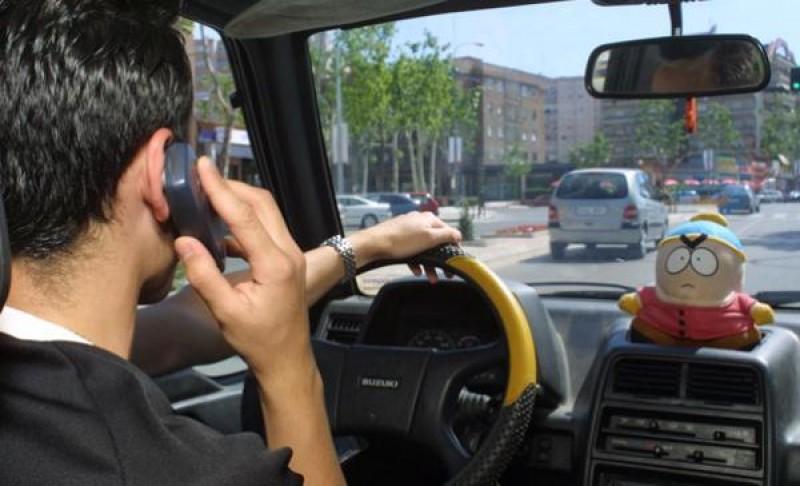 Ce pățești dacă vorbești la telefon în timp ce conduci?