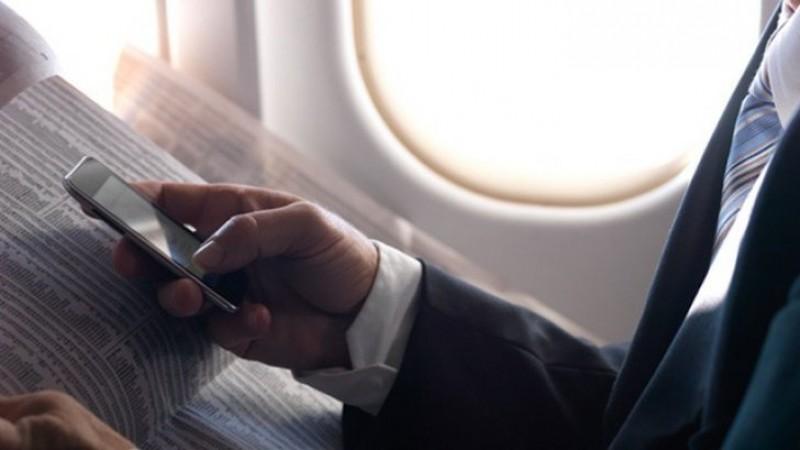 Ce se întâmplă, de fapt, dacă NU închizi telefonul când zbori cu avionul