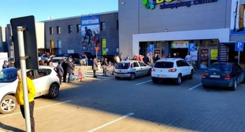 Cel mai mare hipermarket din Botoșani limitează accesul clienților. Botoșăneni ținuți pe afară, la rând, din cauza coronavirusului