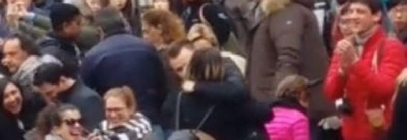 Cerere în căsătorie la Fontana di Trevi din Roma, cuplu de tineri români aplaudat de sute de turiști! VIDEO