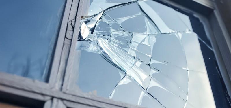 Certuri casnice cu pagube colaterale. Botoşăneancă trimisă în judecată după ce a spart geamurile unui magazin