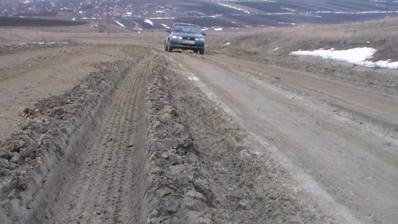 """Cetățenii județului scot la lumină un alt DRUM CATASTROFĂ! Doua mașini avariate din cauza acestui drum: """"Va place drumul nostru?"""" - FOTO"""