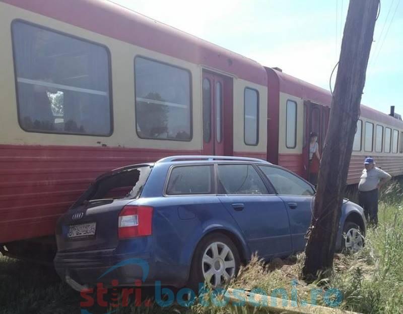 Cine-a scos trenul în drum? Accident produs de o șoferiță care a spus că nu a văzut trenul la timp! FOTO