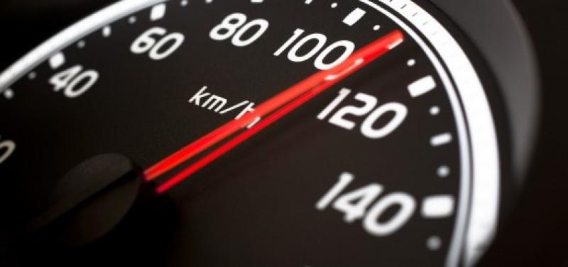 Cine poate să te amendeze dacă depășești cu mașina viteza legală?