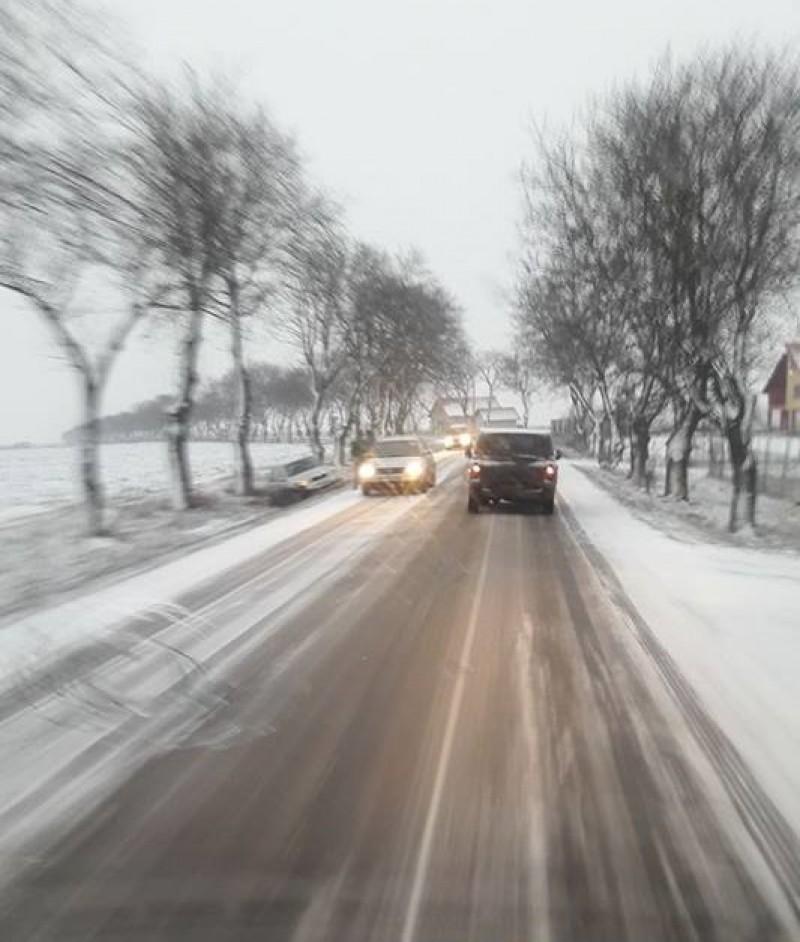 Circulaţie în condiţii de iarnă pe drumurile din judeţ. O maşină a ajuns în şanţ!