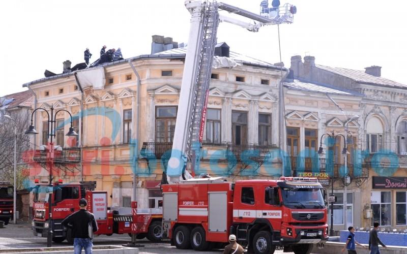 Clădire cuprinsă de flăcări, în Centrul Vechi! Piedici în calea pompierilor! FOTO