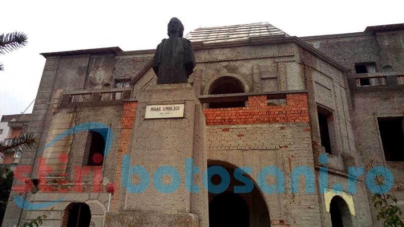 """Clădirea Teatrului """"Mihai Eminescu"""" Botoșani, aproape fără șanse de salvare!"""