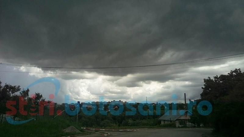 Grindină, descărcări electrice şi vânt în mai multe localităţi din judeţul Botoşani!