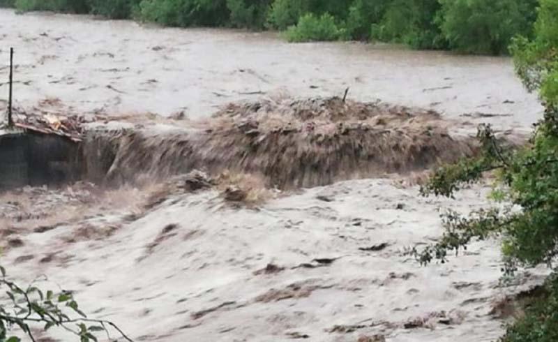 COD PORTOCALIU de inundații pe Jijia și COD GALBEN pe râurile Siret și Prut până luni
