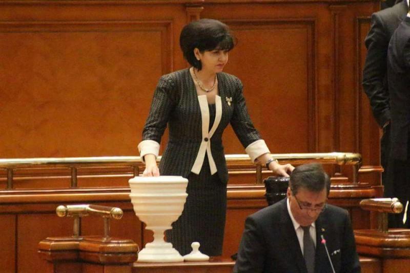 COMUNICAT - Parlamentul a adoptat legea promovată de Liviu Pop și Doina Federovici privind masa și cazarea gratuită pentru elevii din învățământul tehnic și profesional