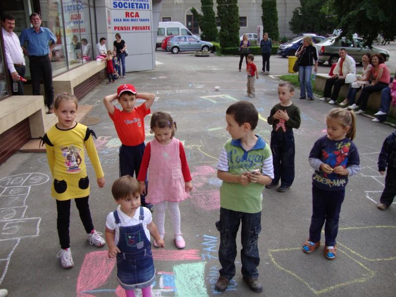Concurs cu premii: Copiii sunt asteptati duminica, la ora 18.00, la desene pe asfalt!